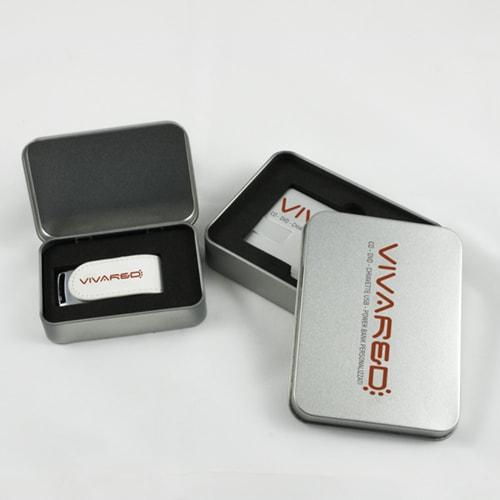 Scatole in metallo aperte per chiavi USB