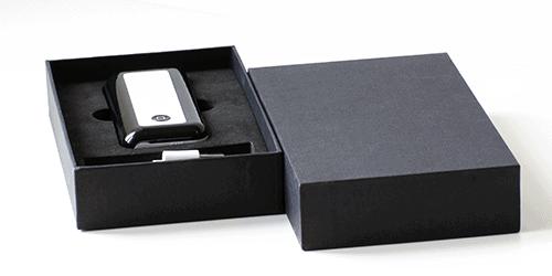 Confezione per power banks in cartonato nero personalizzabile con logo con alloggiamento su misura / Vivared.it Chiavi USB - Power Banks - Lanyards - Borracce - Prodotti promozionali personalizzati