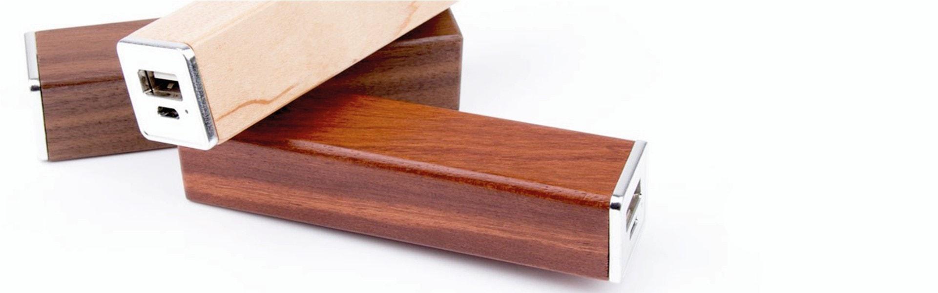 W-701 Power banks in legno di acero, noce, ciliegio e personalizzabile con logo / Vivared.it Chiavi USB - Power Banks - Lanyards - Borracce - Prodotti promozionali personalizzati